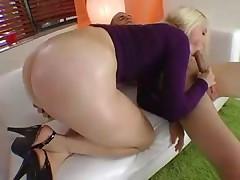 Жопастая блонда дает