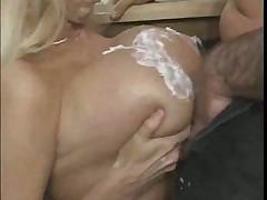 Секс с большегрудой красоткой на кухне