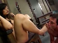 Азиаточка использует своего раба по всякому