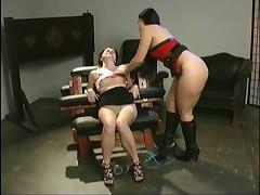 Девка мучает свою подружку