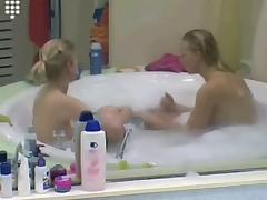 Шоу Большой Брат. Две юные девченки в ванной