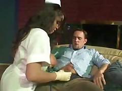 Очень горячая медсестра с большими сиськами помогает парню