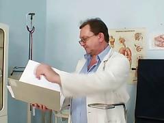 Волосатая манда бабуси исследуется женщиной-врачом