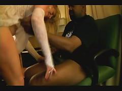 Belokozhaja belovolosaja nevesta trahaetsja s ljubovnikom-negrom