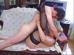Женщина в возрасте с юным любовником