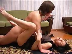 Prekrasnaja russkaja mamasha glotaet spermu