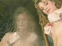 Кормление грудью рыжеволосой дамой с пухлыми сосками