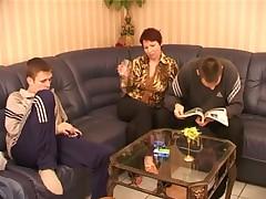 Russkaja mamochka i dva parnja v zharkoj gruppovuhe
