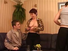 Русская мамочка и два парня в жаркой групповухе