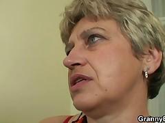 Staruju domohozjajku obsluzhivaet molodoj petushok