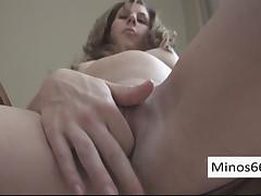 Беременная мастурбирует себя пальчиками