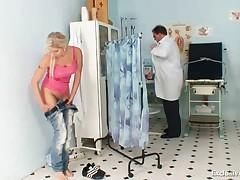 Влагалище блондинки Леоны на гинекологическом осмотре