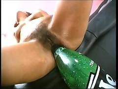 Волосатая киска с бутылочкой