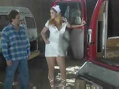 Блондинка медсестра дает в задницу