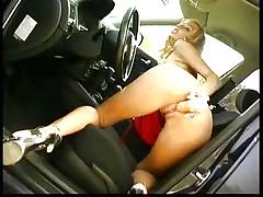 Горячая блондинка в машине
