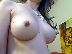 Кормящая мамочка перед вебкамерой