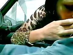 Итальянку трахают в машине