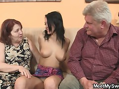 Молодая шлюшка трахается с родителями своего парня