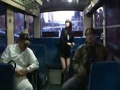 Японскую девчонку трахнули в автобусе