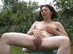 babulja masturbiruet v sadu