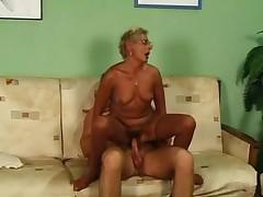 Babushka blondinka v chulkah i ochkah