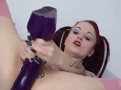 Сексуальная готка мастурбирует с дилдо