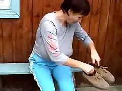 Женщина с висящими дойками на работе
