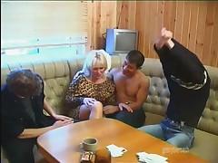 Зрелая тетка и молодые парни