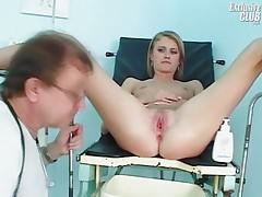 Молоденькая Кетти на осмотре у похотливого гинеколога