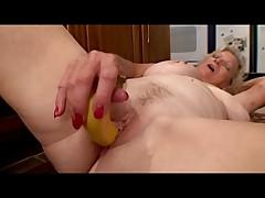 Starushka s igrushkami na kuhne