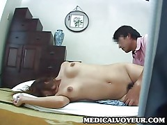 Aziatochka delaet shikarnyj massazh