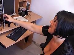 Novaja sekretarsha pokazyvaet sposobnosti v sekse
