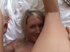 Блондиночек трахнули на кровати