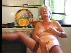 Starushka masturbiruet v chulkah