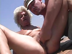 Starushka blondinka trahaetsja na publike