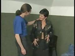 Gorjachaja babushka v chernyh chulkah ebetsja s molodym parnem
