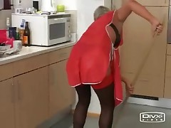 Зрелая женщина-уборщица