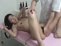 Aziatka ljubitel'nica delaet massazh