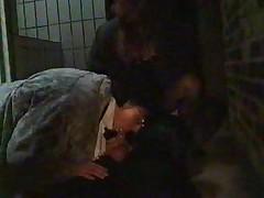 Zrelaja mamka v obwestvennom tualete s neznakomym parnem