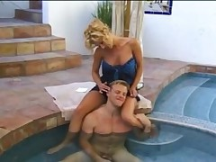 Секс у бассейна