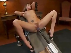 Тори раставила ноги перед секс машиной