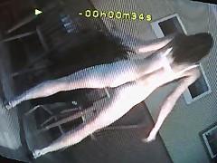 Junaja devushka razdevaetsja pered kameroj