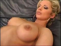 Блондинка показывает свою киску