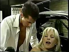 Мужики научили ее водить машину