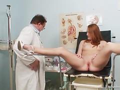 Рыжеволосая сисястая Дениз на гинекологическом БДСМ осмотре