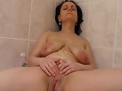 Любительская мастурбация зрелой дамы в ванной