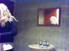 Sprjatannaja v vannoj kamera snjala dvuh devushek