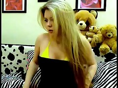 Moloden'kaja russkaja blondinochka s krasivoj grud'ju