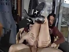 Брюнетка любит секс и трахается в любом месте