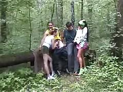 Любительская групповуха молодых на природе